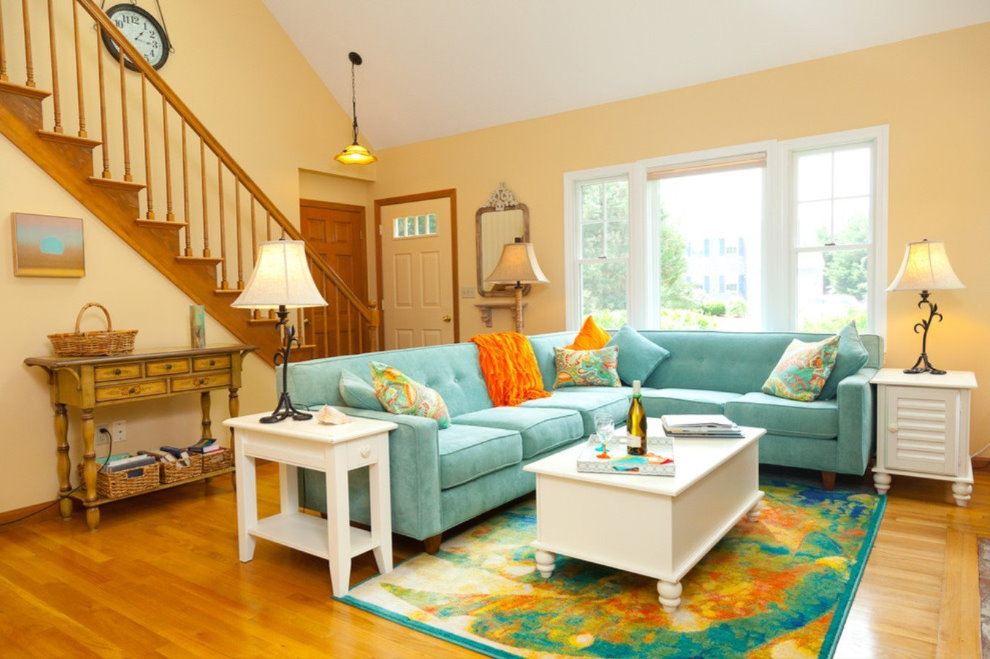 Бирюзовый диван углового типа в частном доме