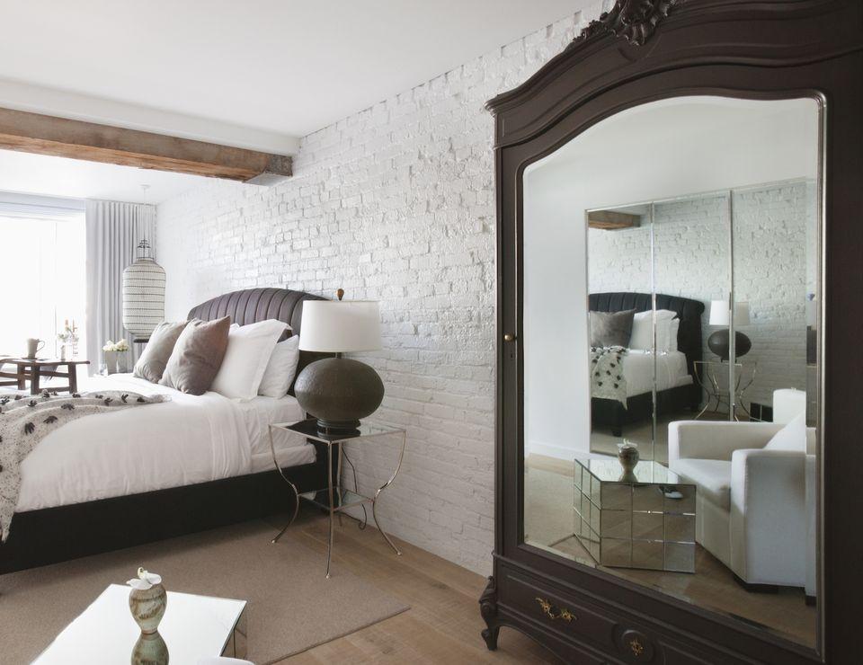 Большое зеркало на шкафу в спальне