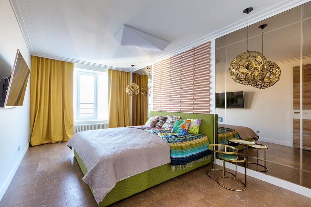 Огромное зеркало в современной спальне