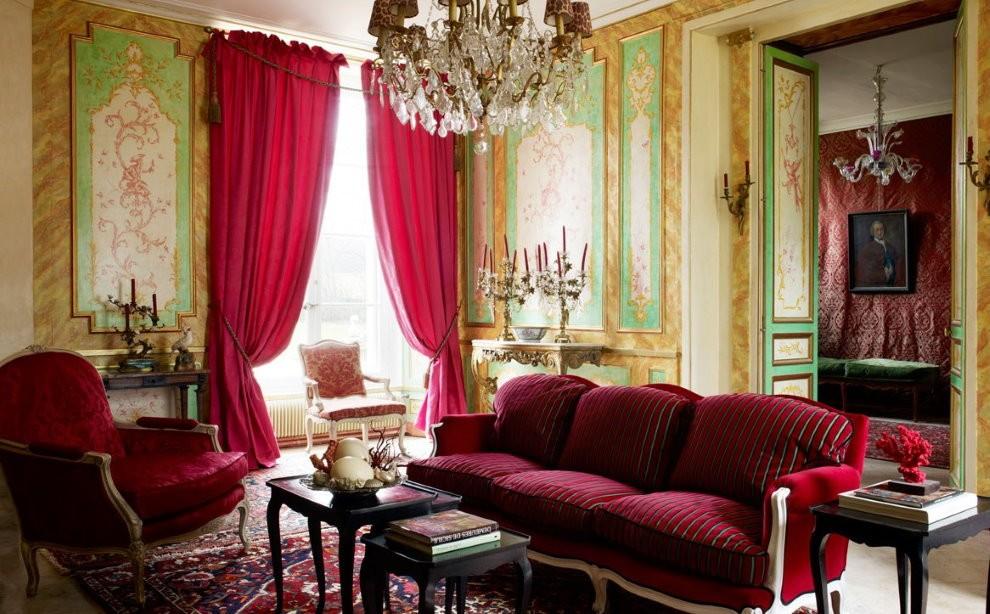 Интерьер гостиной с бардовыми занавесками