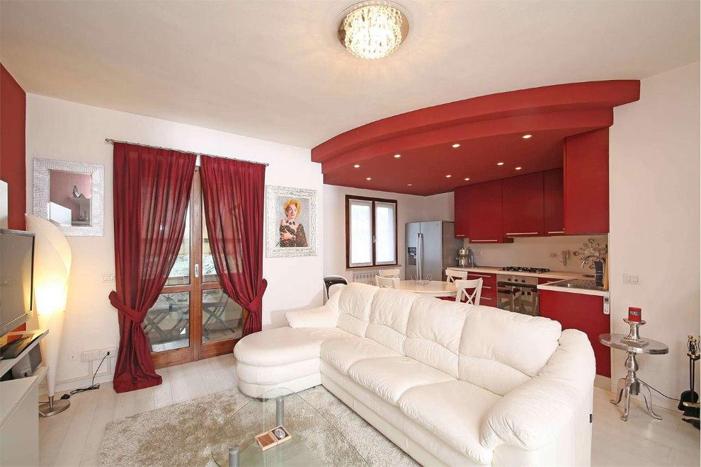 Белый диван в кухне-гостиной с бордовыми шторами