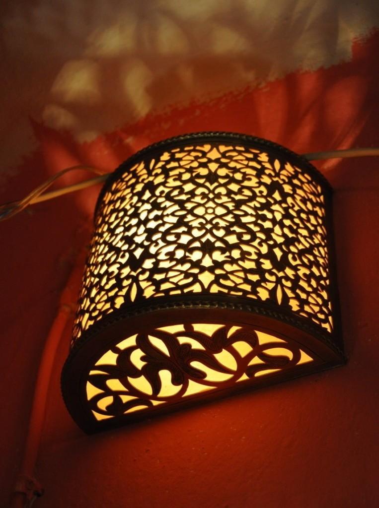 Бра в восточном стиле для ночной подсветки интерьера спальни