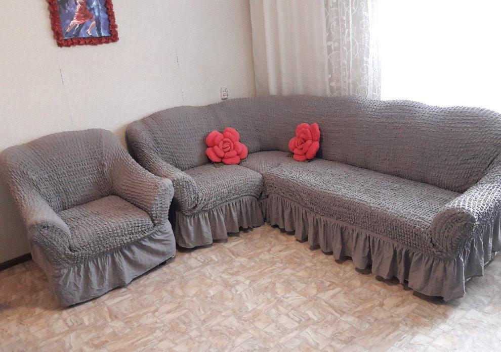 Серые чехлы на угловом диване