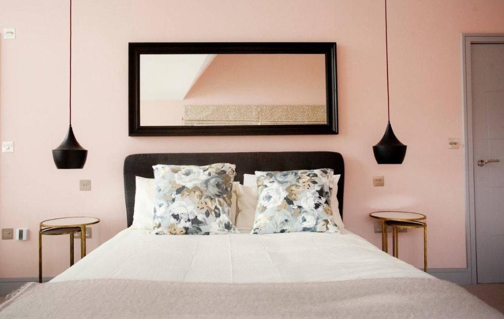 Контрастная рама зеркала над изголовьем кровати