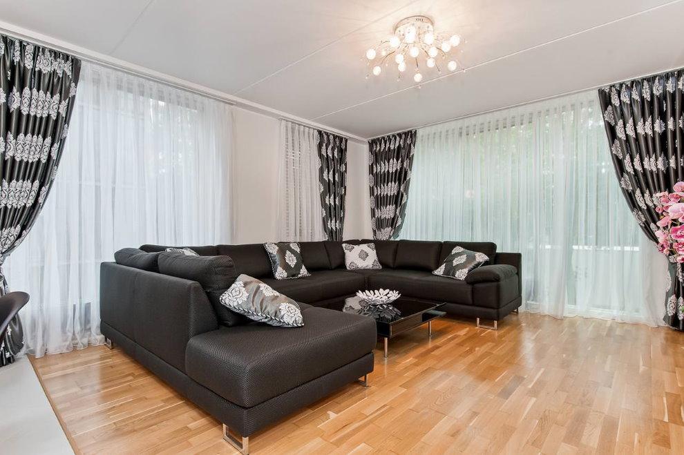 Черно-белые занавески в интерьере гостиной комнаты