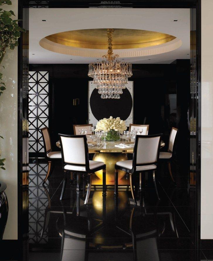 Белые спинки стульев в гостиной с черным полом