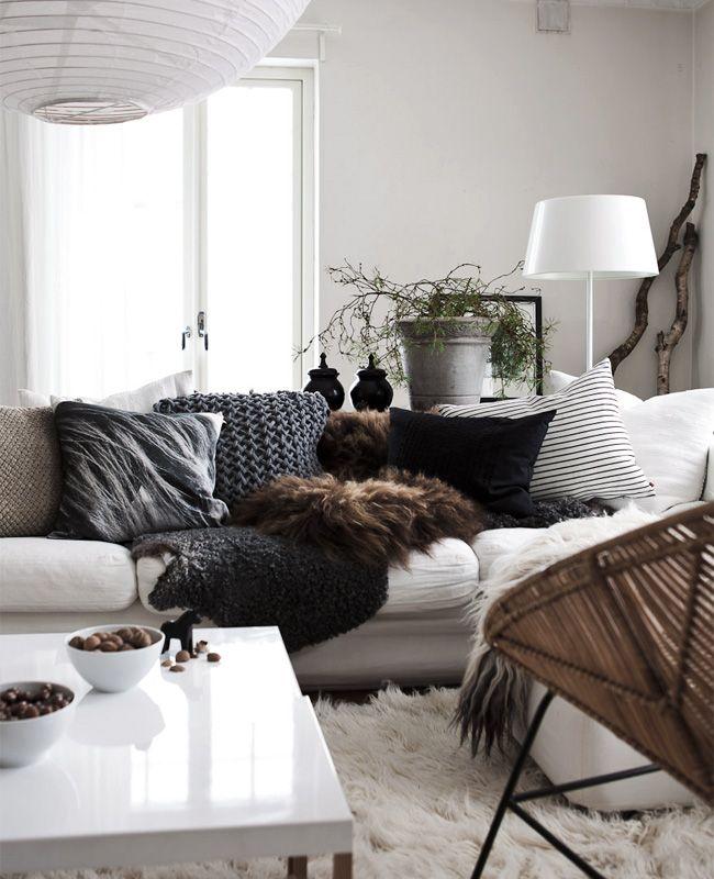 Темные подушки в комнате с белыми стенами