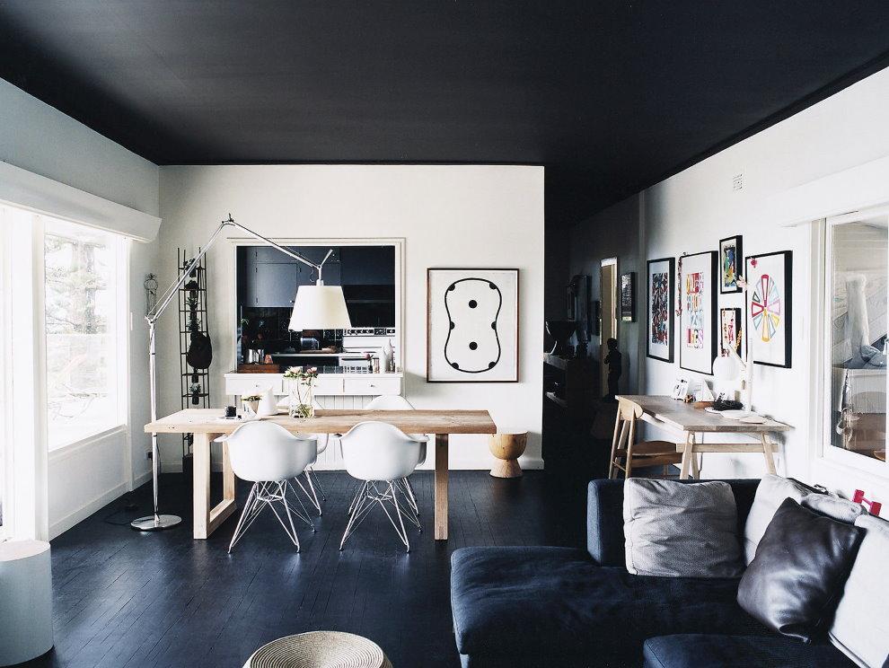 Уютная гостиная с черным потолком натяжного типа