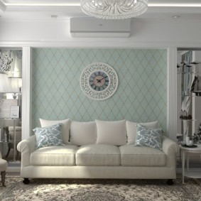 Часы на стене гостиной с диваном