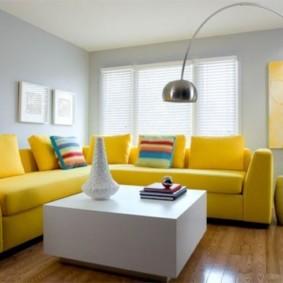Угловой диван с желтой обивкой