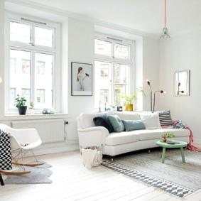 Светлые стены зала в скандинавском стиле