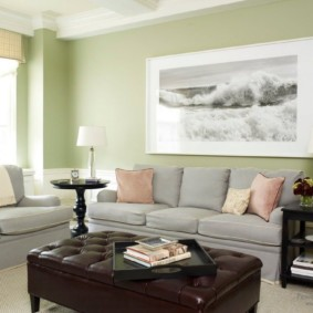 Черно-белое фото на светло-зеленой стене