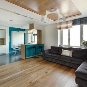 Деревянный потолок в современной гостиной