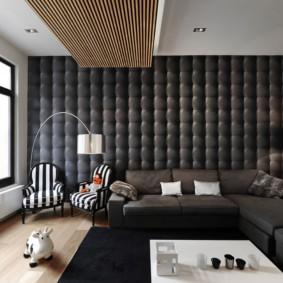 Черная отделка стены зала в квартире