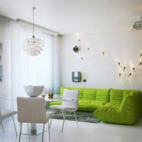 Зеленый диван в большой гостиной