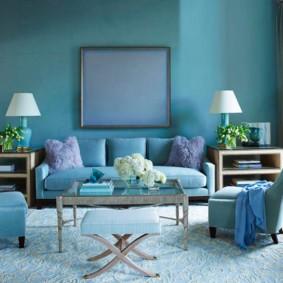 Зона отдыха в гостиной с голубыми стенами