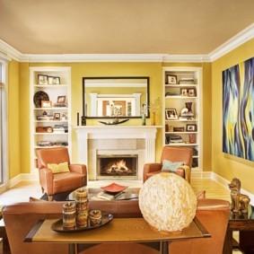 Желтые стены комнаты с мягкой мебелью