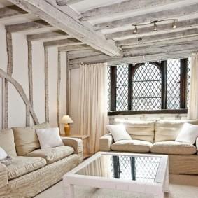 Деревянные балки в зале частного дома