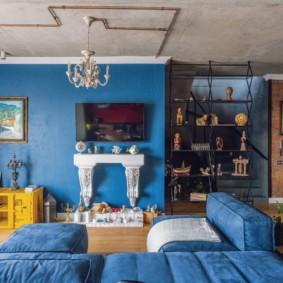 Синяя мебель в небольшой комнате