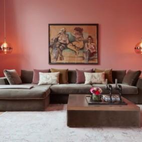 Розовая стена в просторной комнате