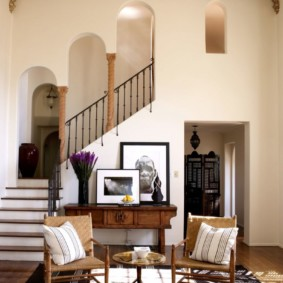 Большая гостиная с лестницей на второй этаж