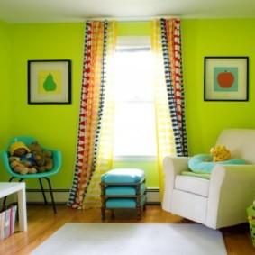 Яркие шторы в комнате с зелеными стенами
