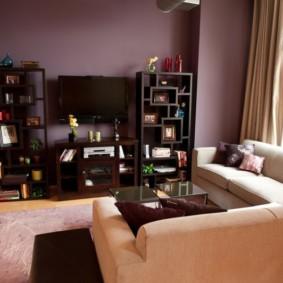 Угловой диван в комнате с фиолетовыми стенами