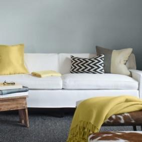 пестрая подушка на прямом диване