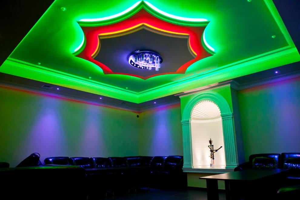 Цветная подсветка натяжного полотна в зале