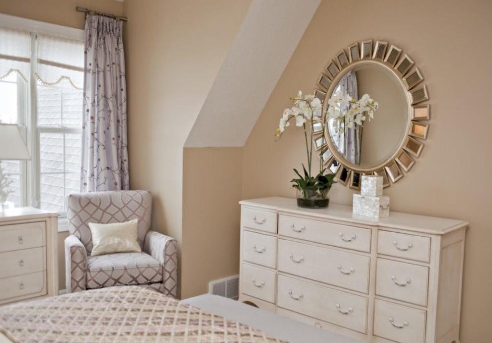 Живая орхидея на комоде в спальне