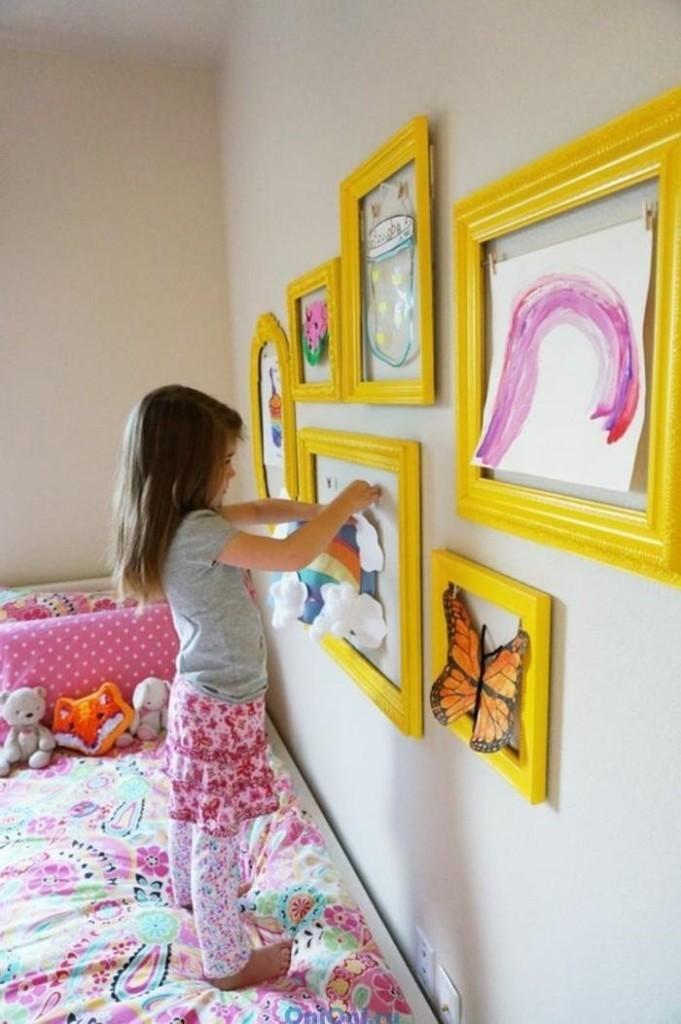 Декорирование девочкой стены над своей кроватью