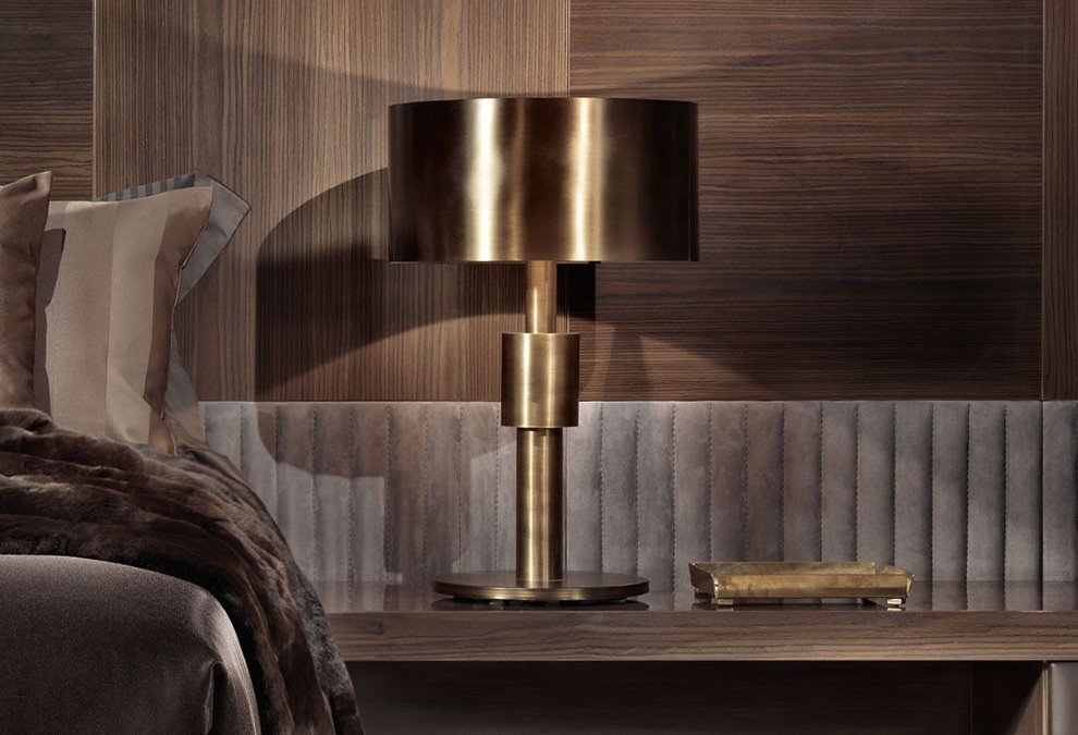 Бронзовый светильник на столе в гостиной стиля арт-деко