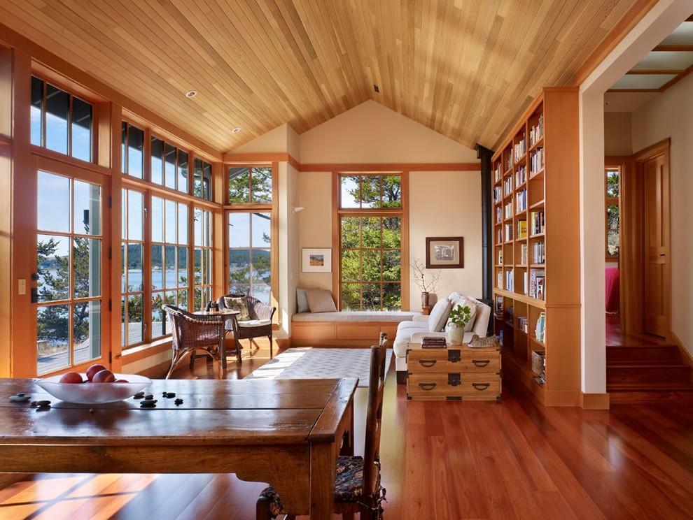 Деревянная отделка потолка гостиной в доме