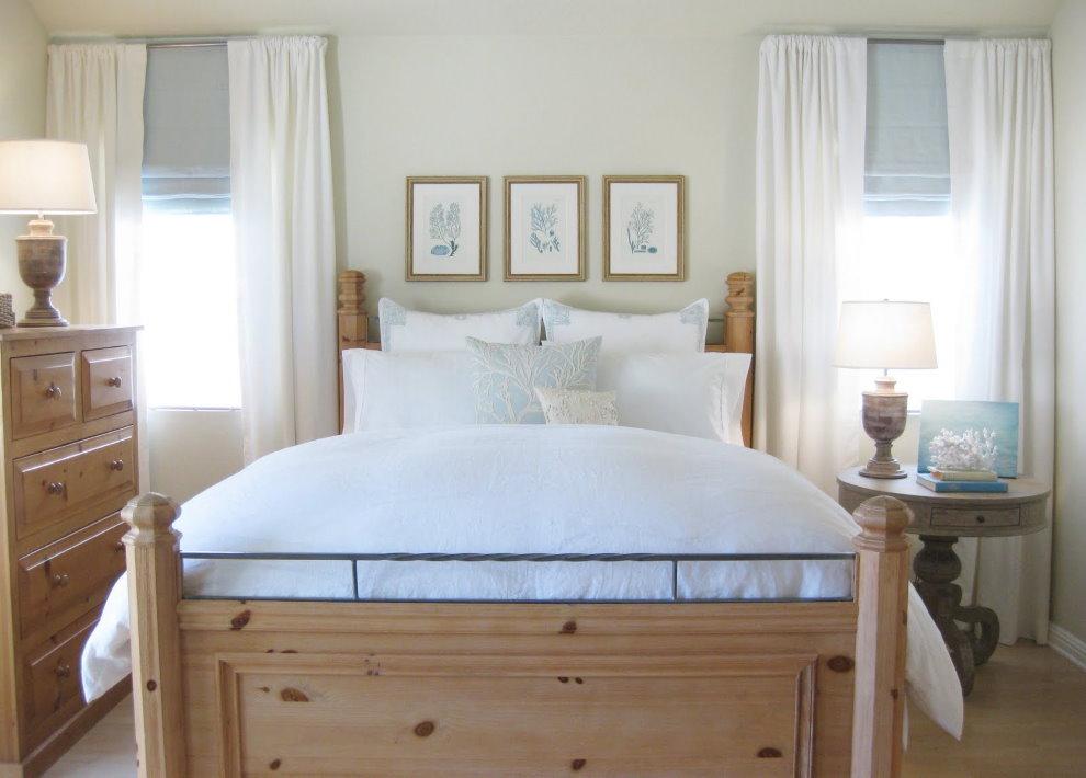 Деревянная кровать в белой спальне