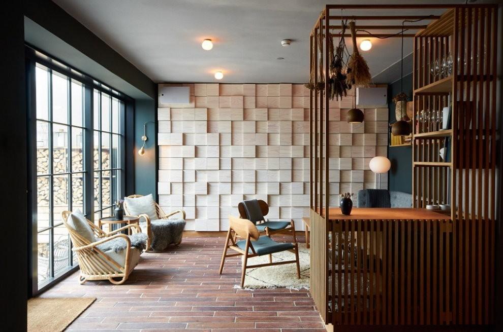 Отделка деревянными панелями стены зала в квартире