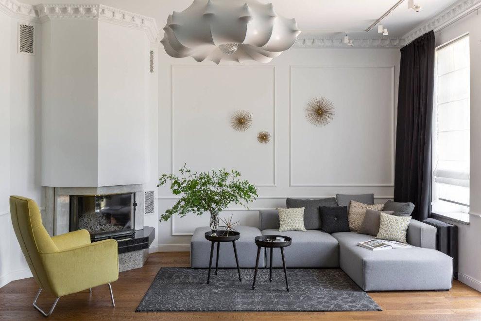 Деревянный пол в гостиной с белыми стенами
