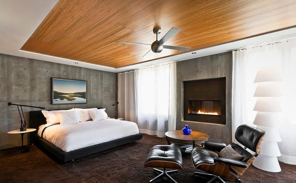 Деревянный потолок в просторной спальне