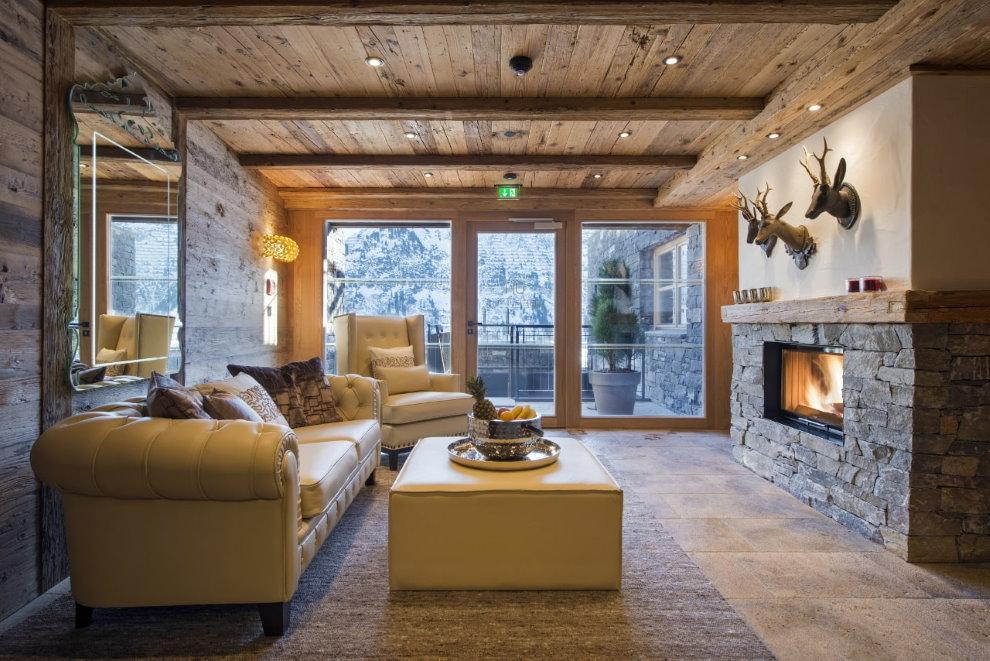 Гостиная в доме с деревянным потолком