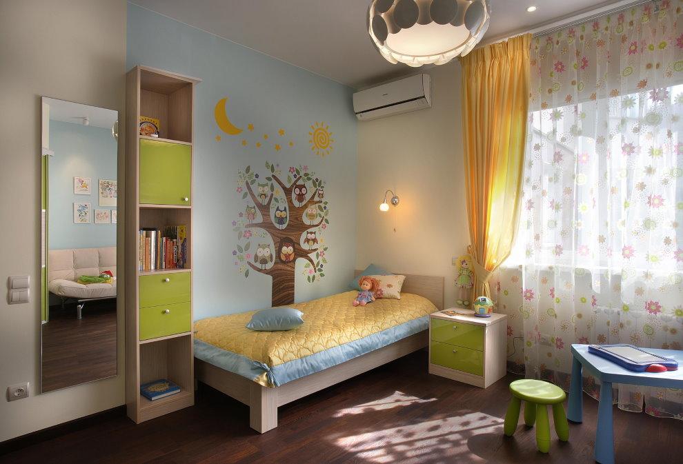 Детская кроватка в комнате мальчика