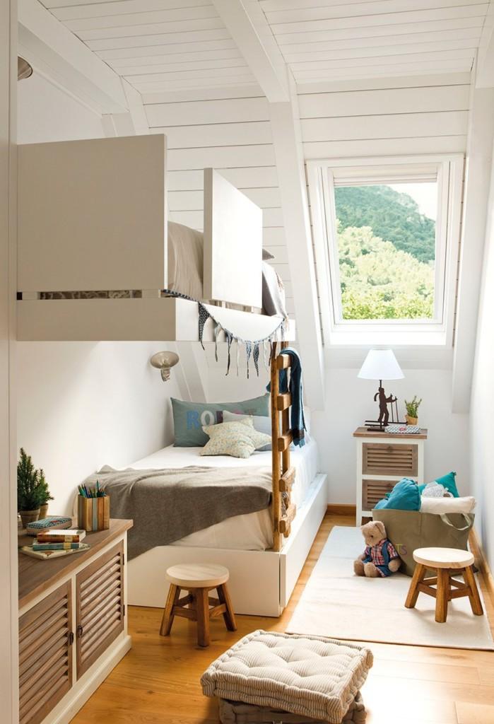 Детски кровати в два яруса в мансардной комнате