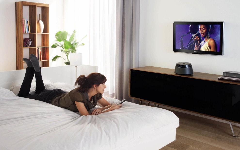 Правильное размещение телевизора на стене спальни для девушки