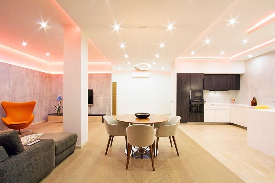 Диодные светильники на потолке кухни-гостиной