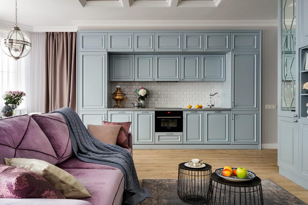 Бархатная обивка дивана в гостиной неоклассического стиля
