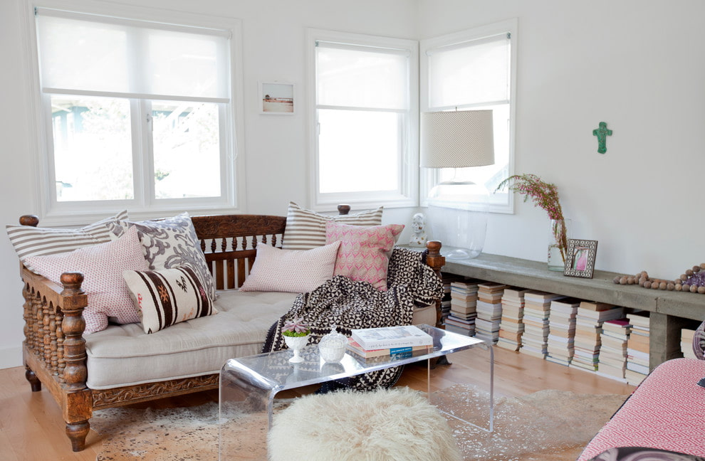 диван в гостиную из дерева фото