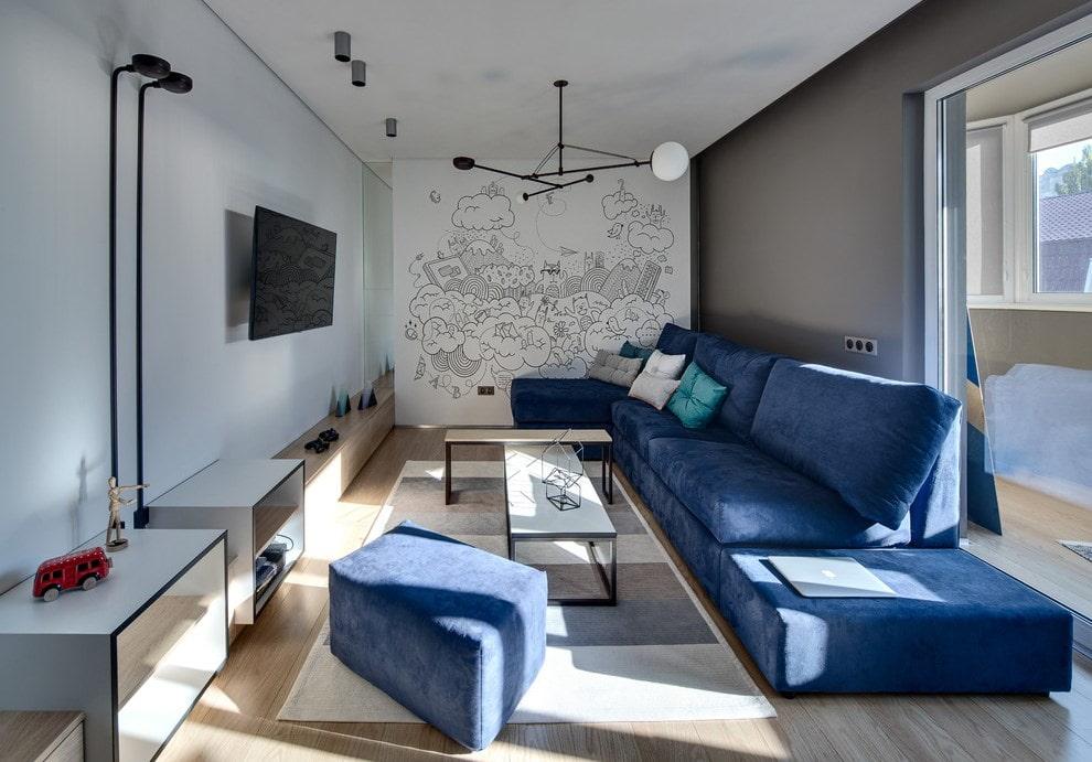 диван синего цвета в гостиной