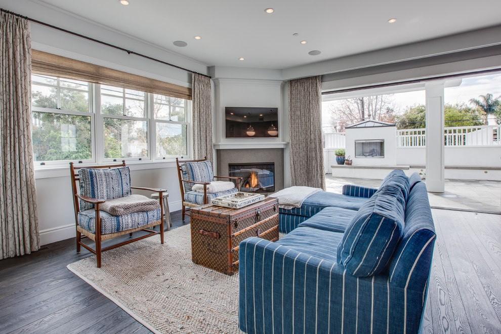 синий угловой диван в гостиной