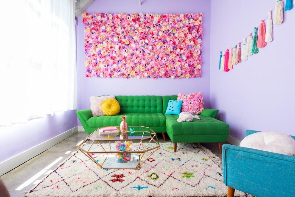 зеленый угловой диван в гостиной