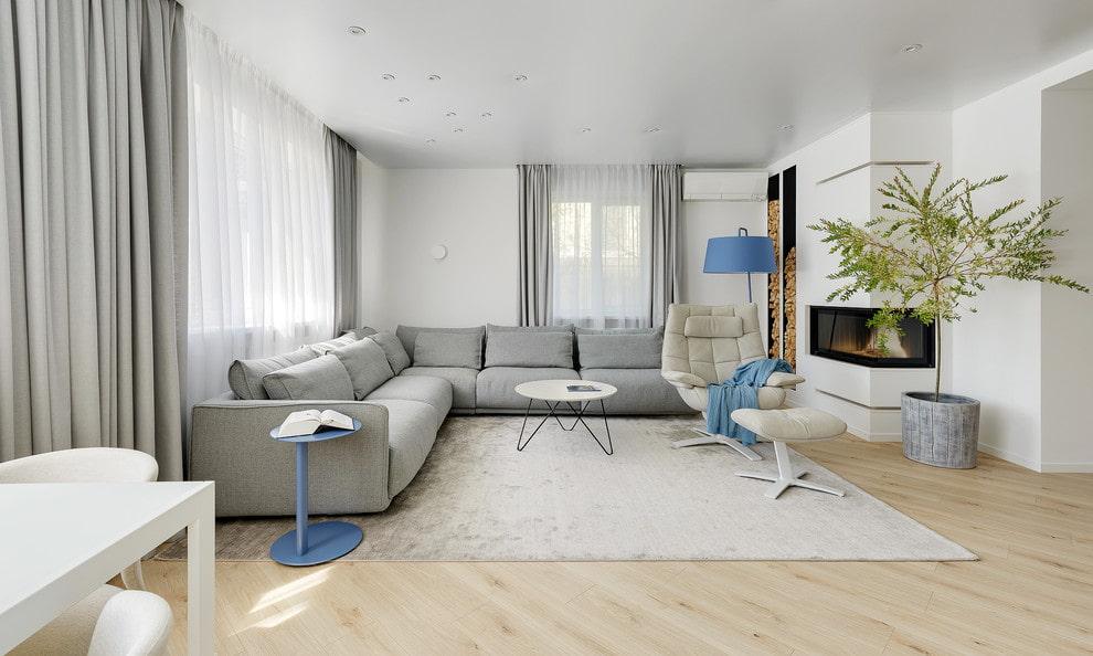 Серый диван в зале стиля хай тек