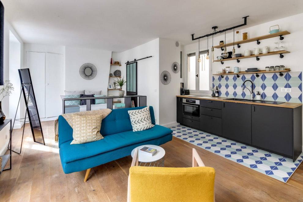 Синий диван в квартире-студии площадью 38 кв м