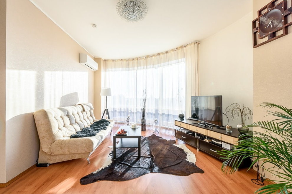 Светлый диван в комнате неправильной формы